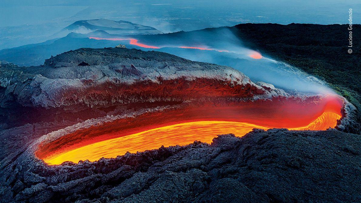 O italiano Luciano Gaudenzio fotografou a lava fluindo por uma fenda no Monte Etna. A imagem ...