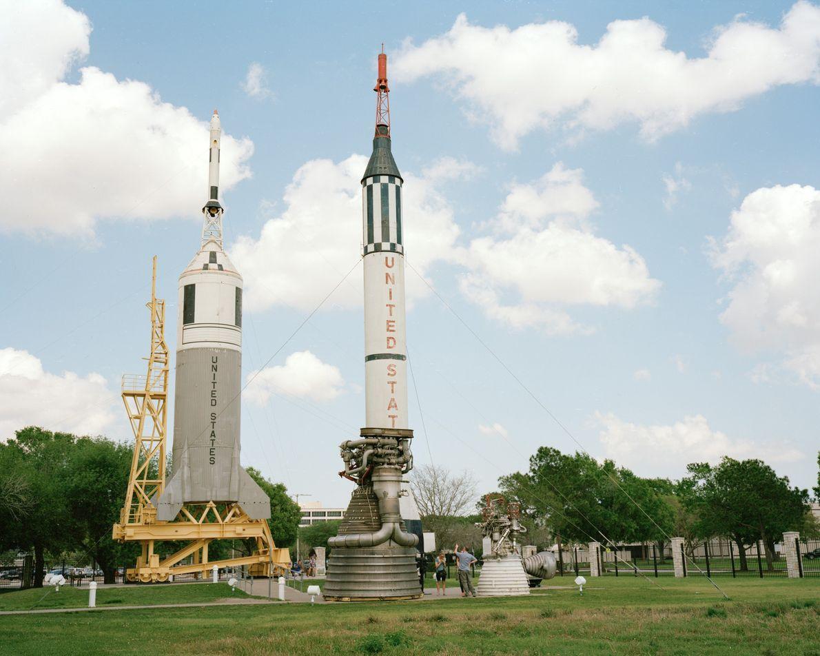 Pessoas visitam o Rocket Park, no Centro Espacial Lyndon Johnson em Houston, Texas.