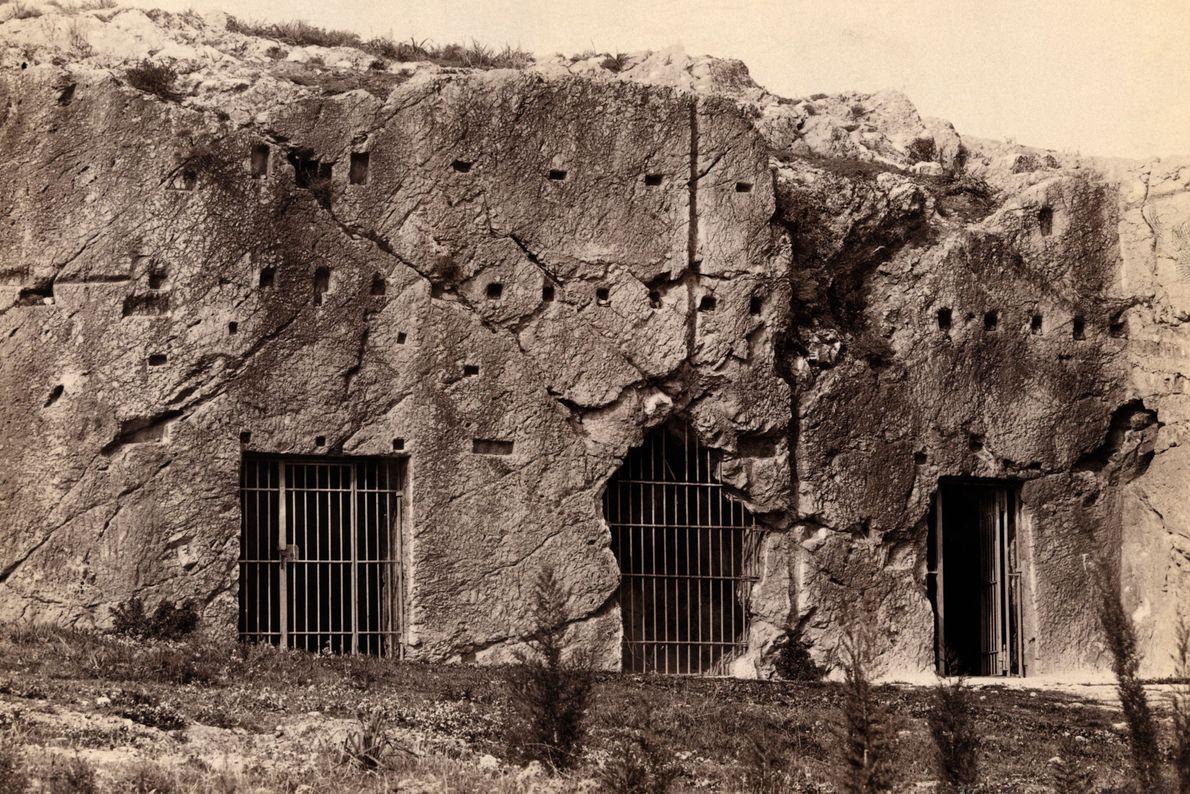 Barras marcam a entrada da caverna em Atenas, onde o filósofo Sócrates teria supostamente ficado preso.