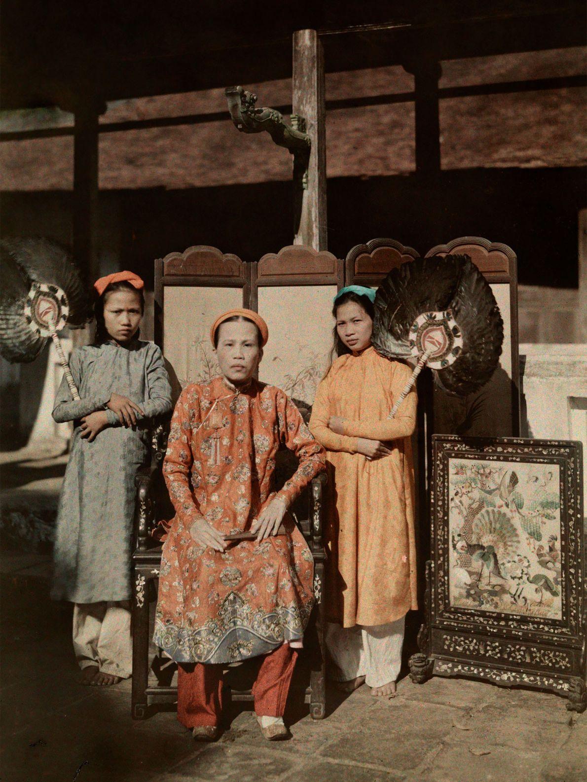 Uma princesa de Hue veste seu manto real em Annam, na Indochina Francesa. Hue foi a ...