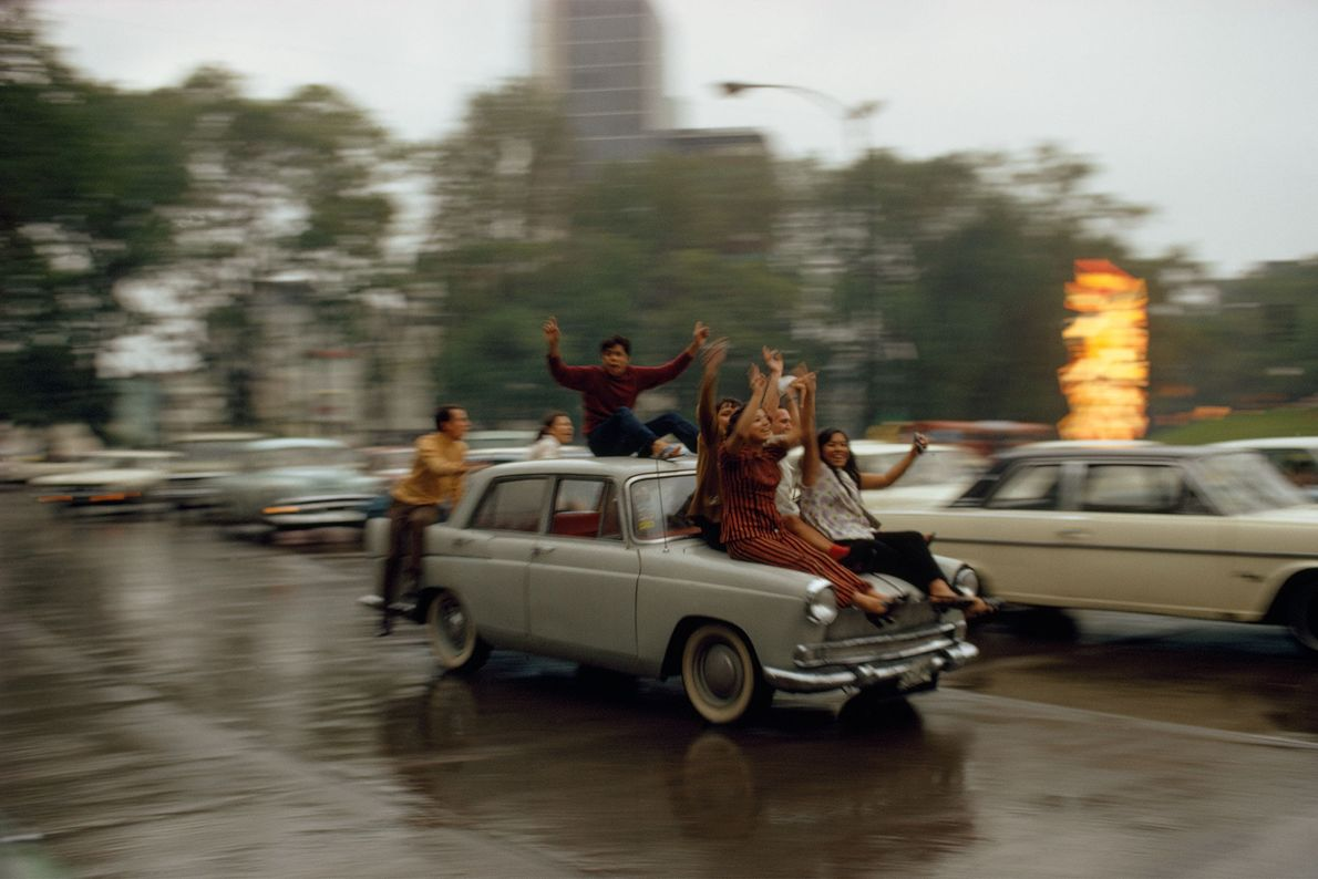 Locais celebram uma vitória em um jogo de futebol nas ruas da Cidade do México, México, ...
