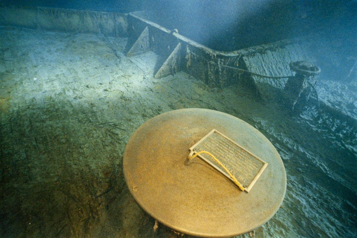 Em 1986, Bob Ballard e o Explorers Club deixaram uma placa comemorativa no convés submerso do ...