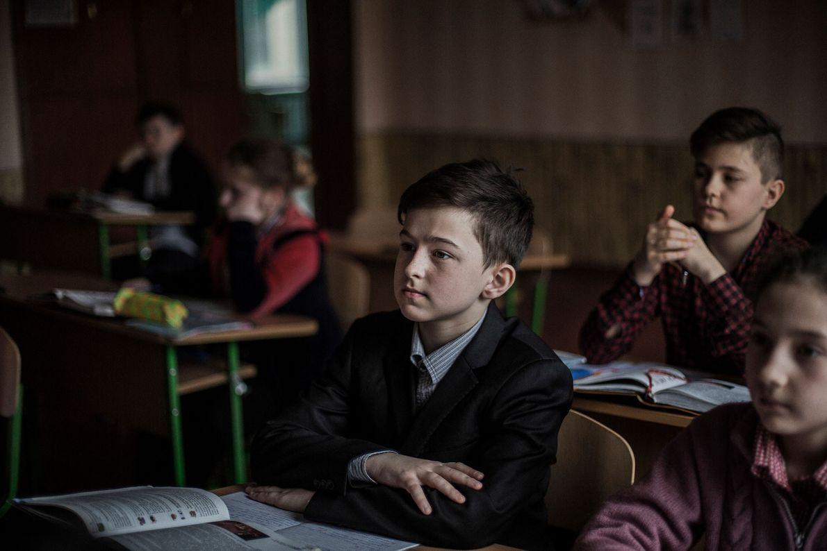 Alunos assistem às aulas em uma escola em Svetlodarskaya, Ucrânia. Localizada na linha de frente, a ...
