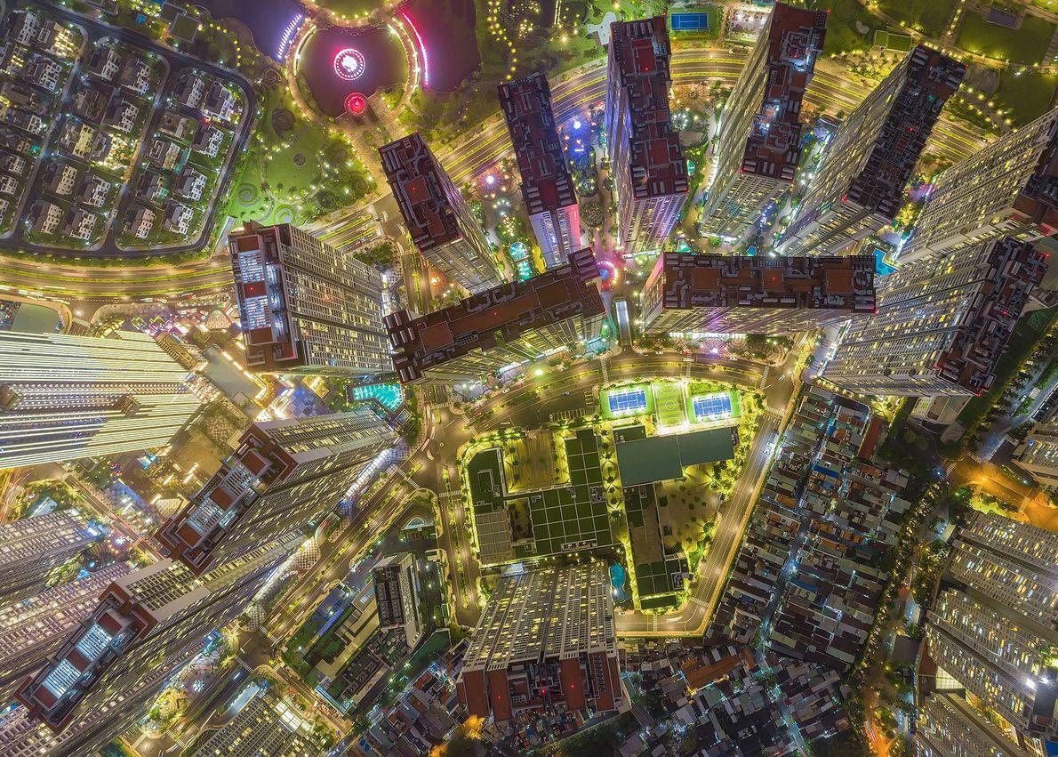 Edifícios e estradas se assemelham a uma placa de circuito eletrônico na cidade de Ho Chi ...