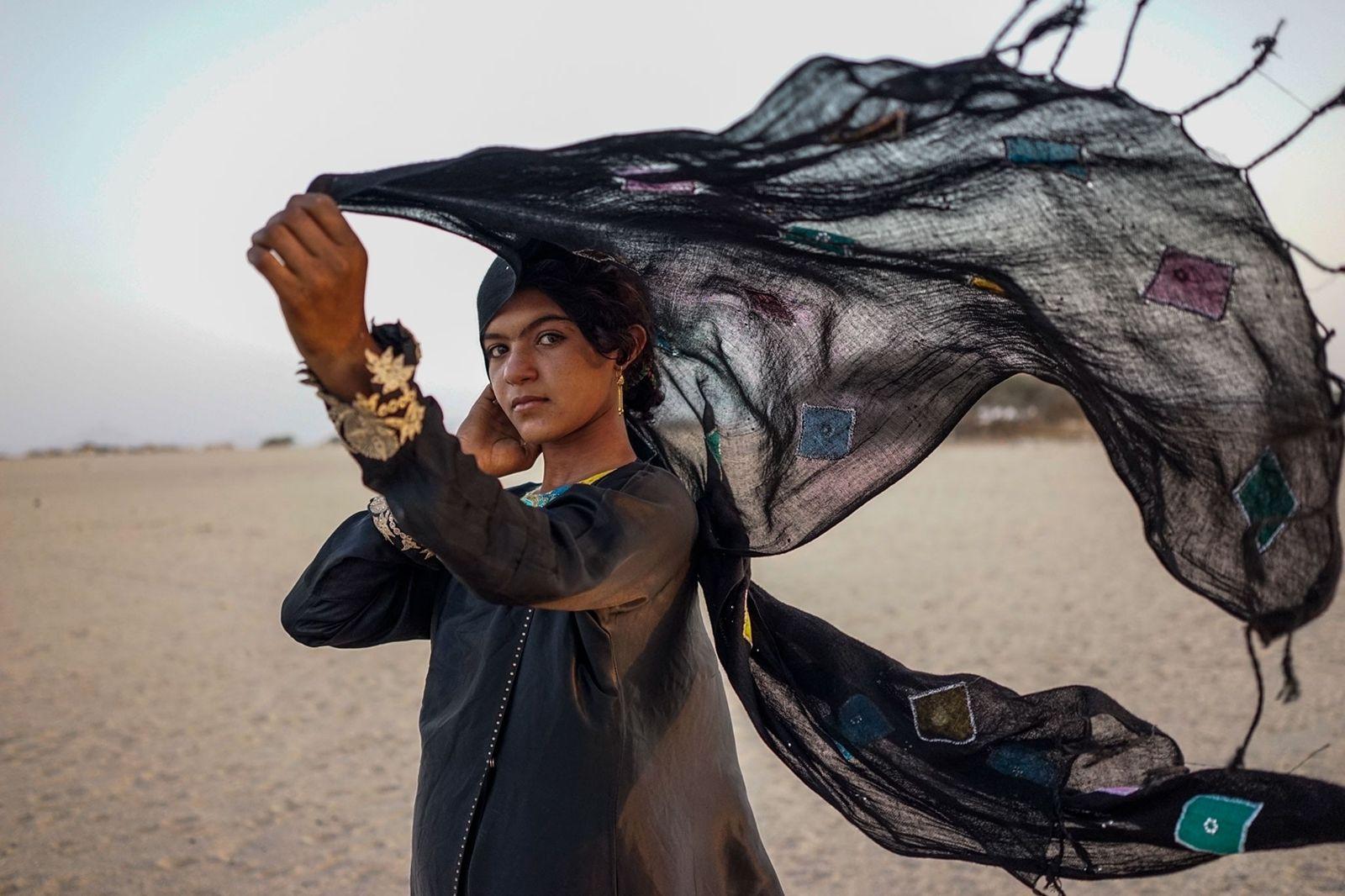 Jovem mulher iemenita visita um aterro controlado pela coalizão liderada pelos sauditas para garantir o alimento ...