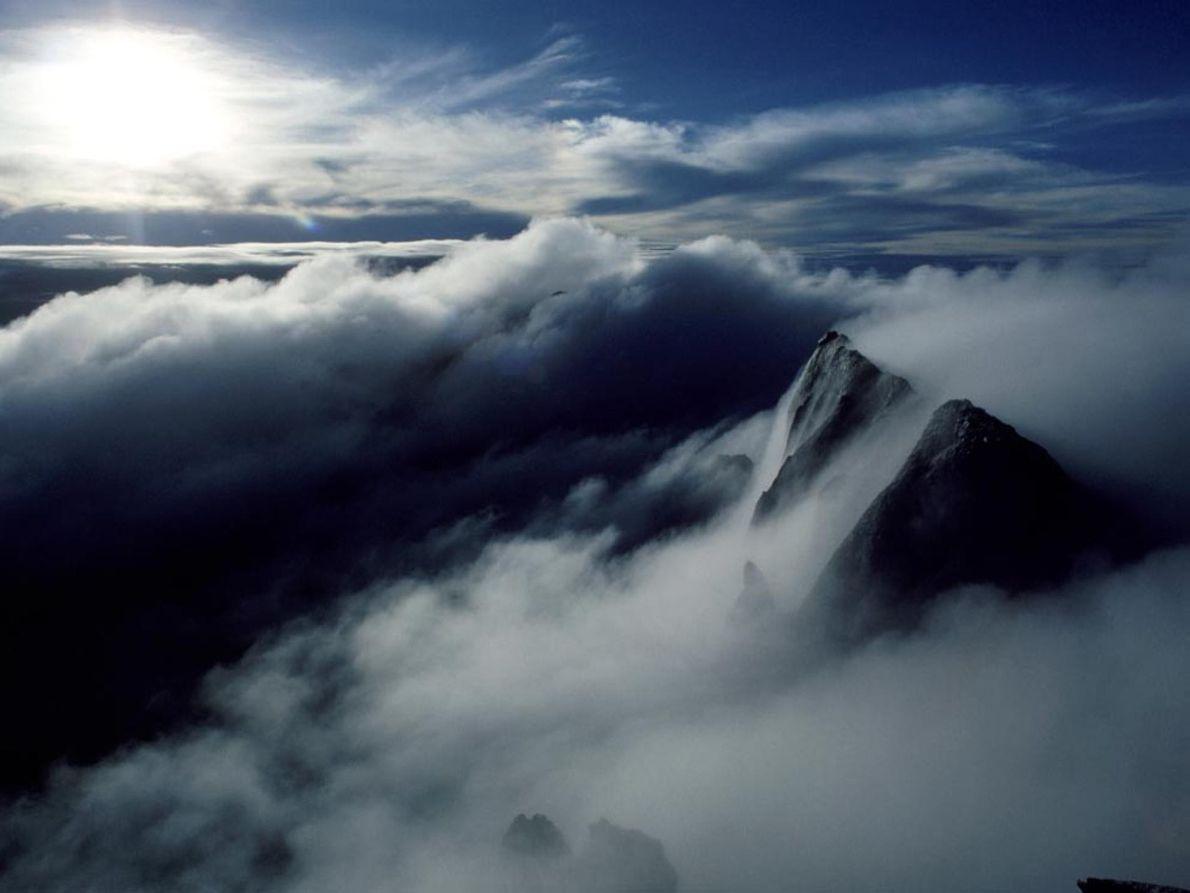 Monte Kinabulu, Malásia Névoa esconde o cume do Monte Kinabulu, na Malásia, uma montanha de 4.101 metros ...