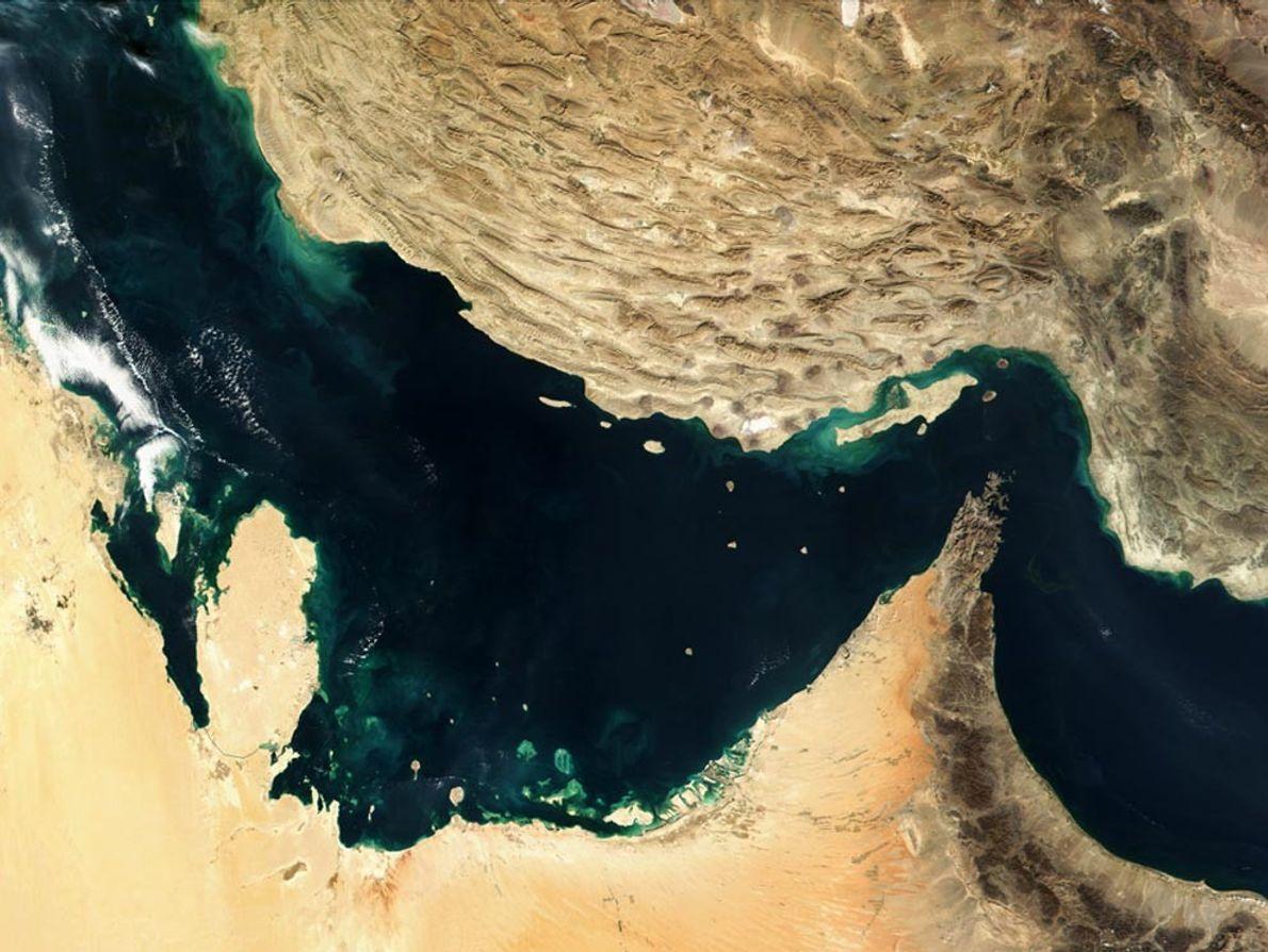 GOLFO PÉRSICO - Duas placas tectônicas colidem. A placa da Arábia (inferior esquerda) está subindo na ...