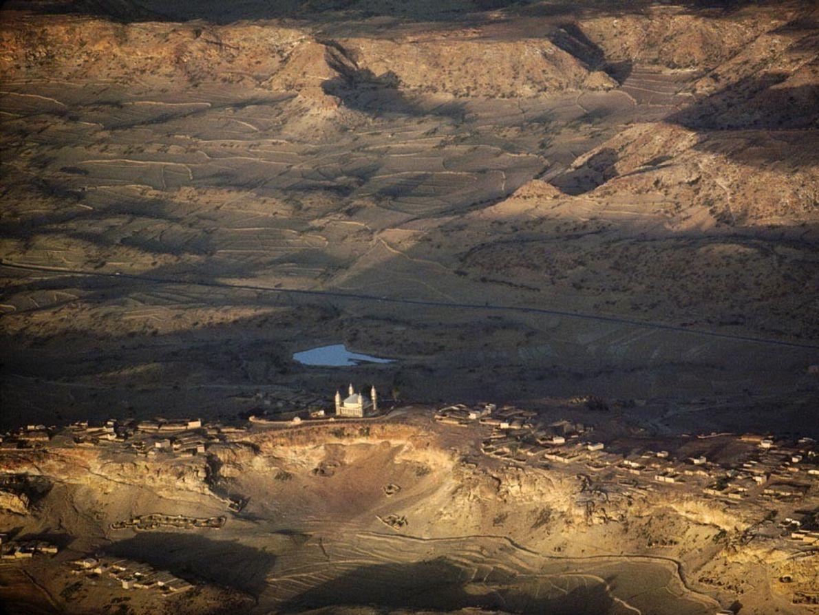 MAR VERMELHO - Uma mesquita domina as aldeias agrícolas de Adi Caieh, Eritreia. Escarpas de fenda ...