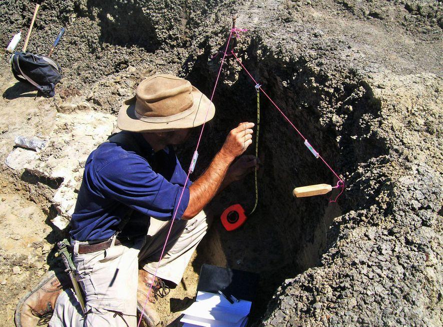 O líder do estudo, Robert DePalma, realiza pesquisa de campo em Tanis.