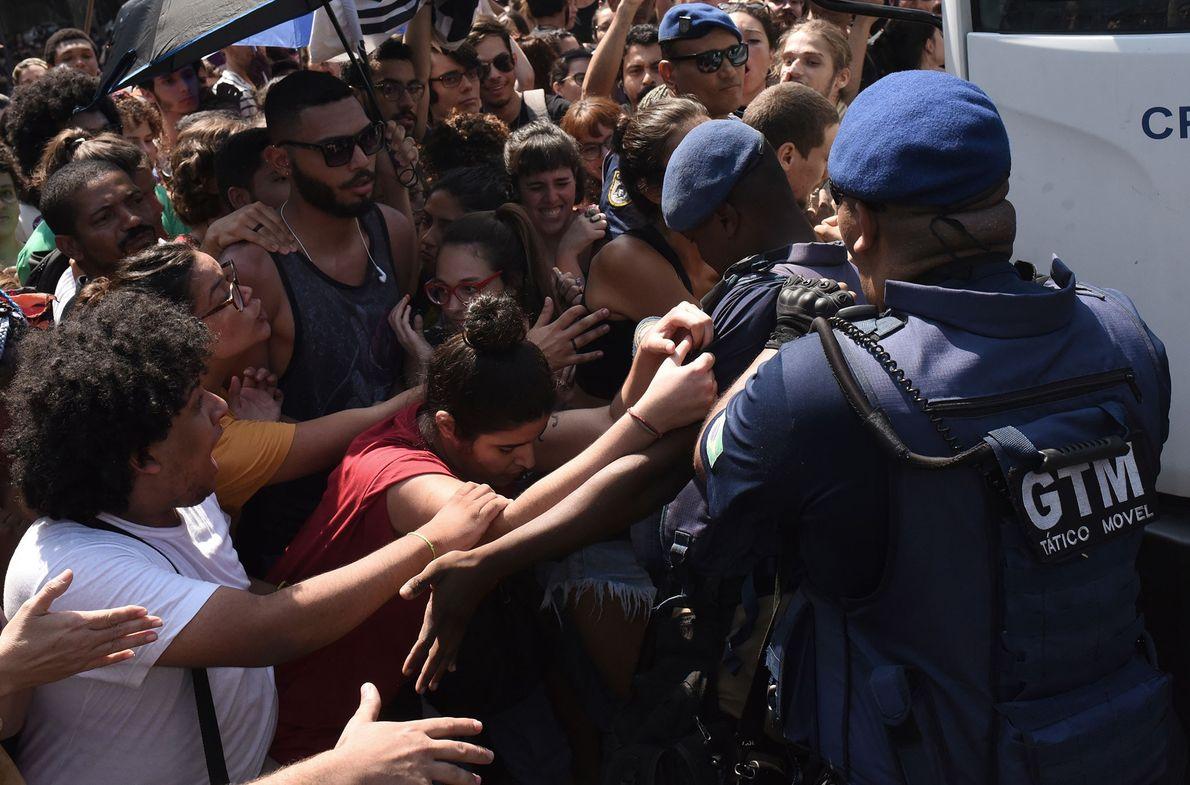 Estudantes protestam em frente ao Museu Nacional. Protestos ocorreram no Rio de Janeiro nos dias seguintes ...