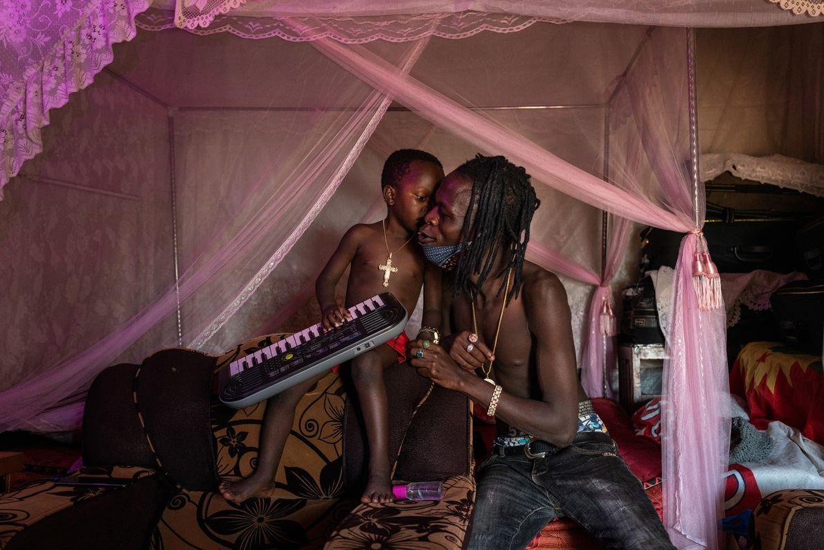 Daniel Owino, músico conhecido como Futwax, e seu filho de quatro anos, Julian Austin, tocando sua ...