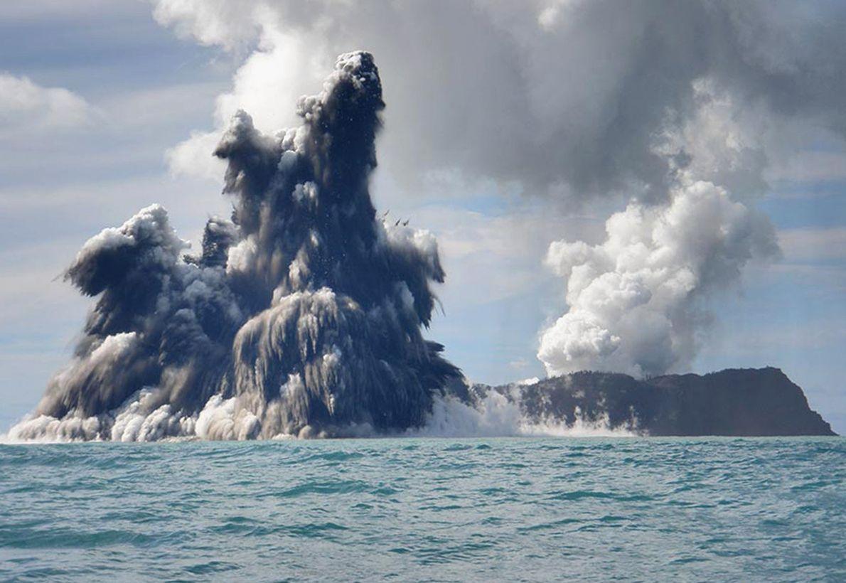 Enquanto uma infinidade de vulcões pontilham paisagens ao redor do mundo, muitos outros também se escondem ...