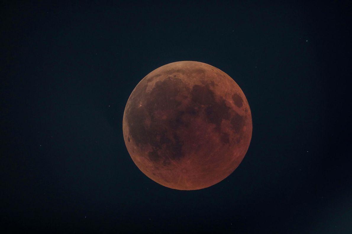 A Lua de Sangue vista da cidade de Oloika, no Quênia, em 27 de julho.