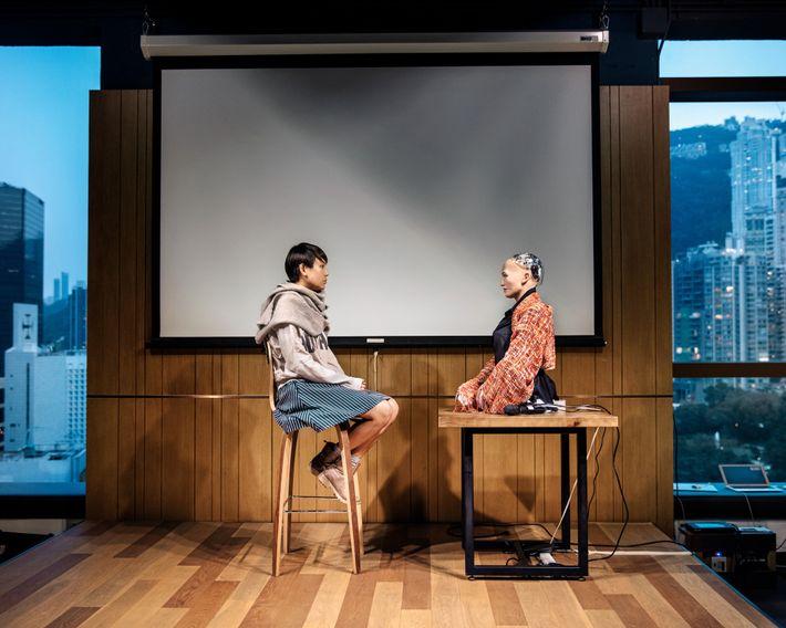 Um estudante da Universidade de Hong Kong participa de uma sessão de meditação guiada com Sophia.