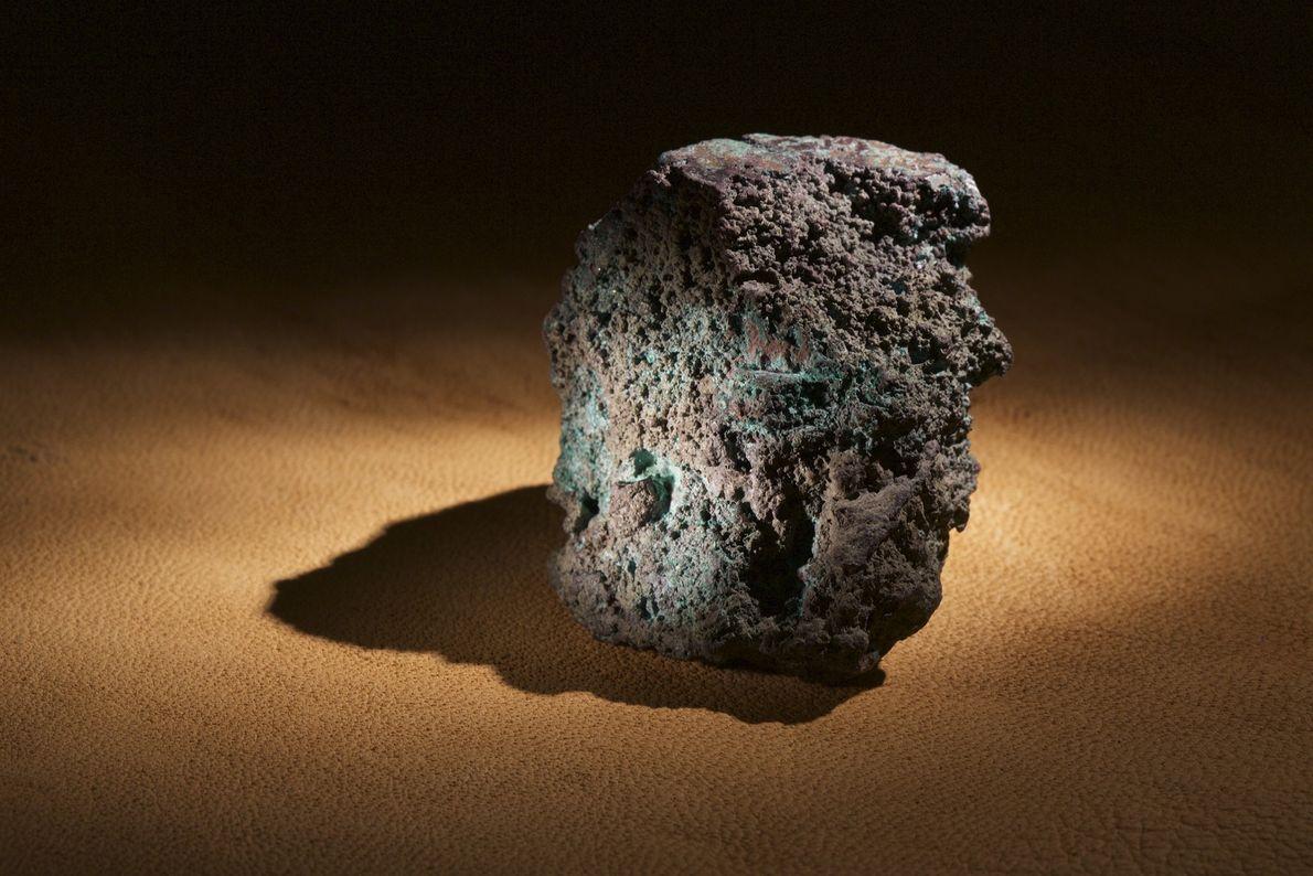 Um pedaço de minério de cobre fundido encontrado na Ilha Roanoke é uma forte evidência de ...