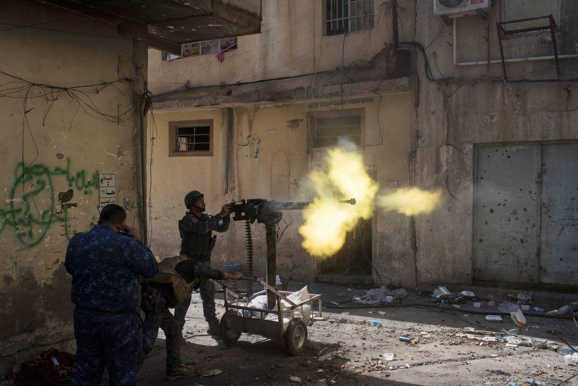 Policiais federais atiram contra posições do Estado Islâmico na Cidade Velha durante batalha no lado oeste ...