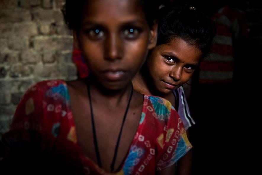 Chandni olha por trás de Kisna, ambas com 9 anos de idade.