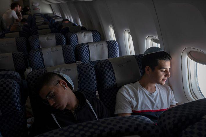 Os irmãos Gabriel e Netanel Zeitoun descansam em seu voo de Paris a Tel Aviv.