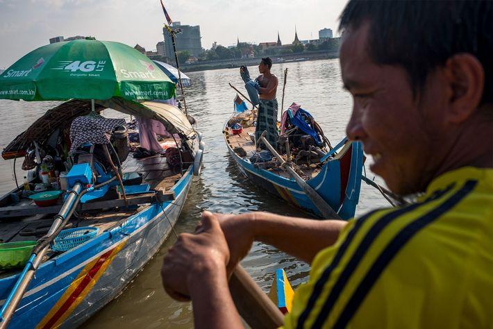 Ya Hosen (à direita) vai pescar com a família em seu barco em Chong Koh Chrog ...