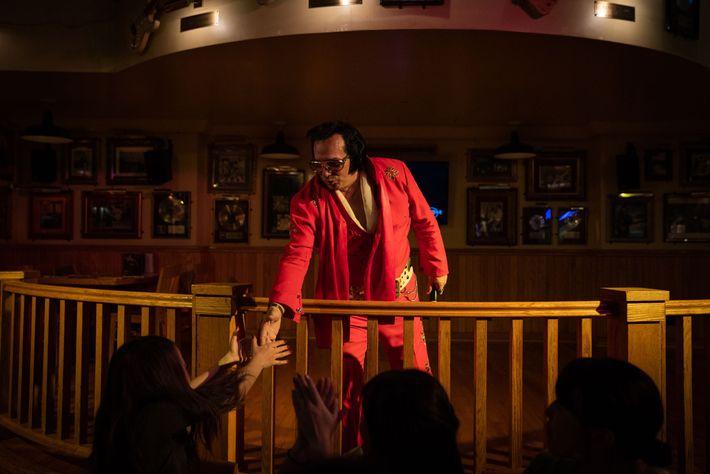 Um cover de Elvis Presley revive clássicos do rei para turistas no Hard Rock Café, no ...