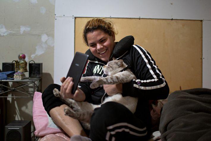 O gato Micho conforta Kataleya quando ela está sozinha. Ela disse que Micho veio dos Estados ...