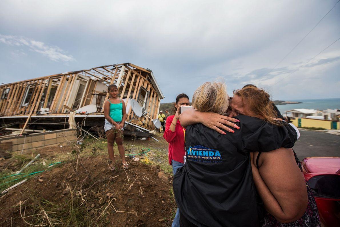 Residentes de Culebra, em Porto Rico, abraçam-se após o furacão Irma no dia 7 de setembro.