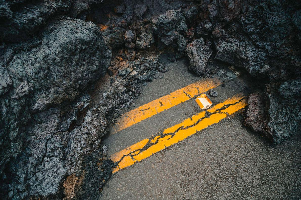 A lava cobriu quilômetros de estradas.