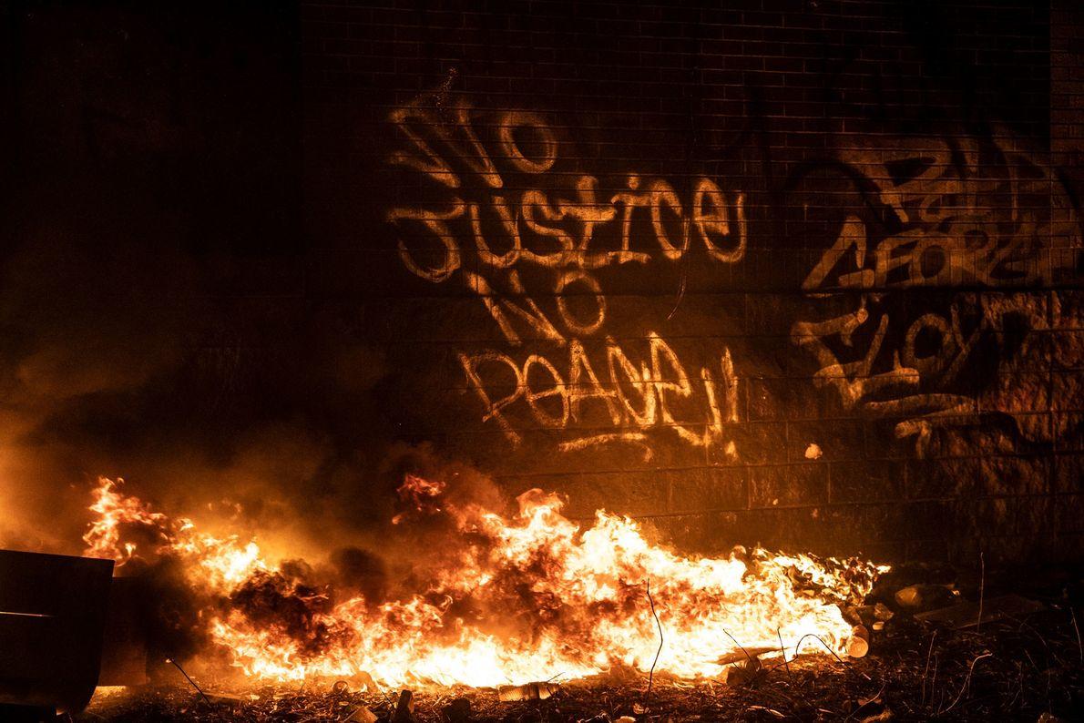 Uma pichação expressando apoio aos manifestantes marca a lateral do prédio da 3ª Delegacia, que ainda ...