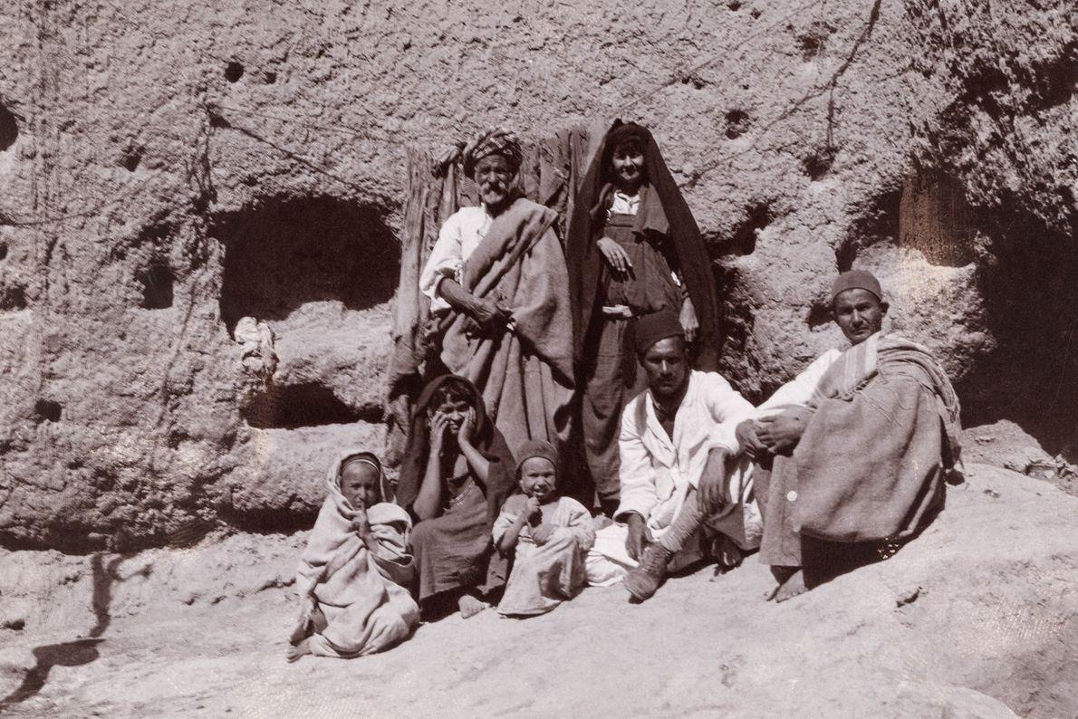 Uma família posa para foto perto da caverna onde são mantidos animais em Matmata.
