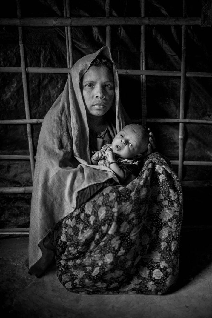 Rokeya Begum segura seu bebê de 15 dias de vida, ainda sem nome.