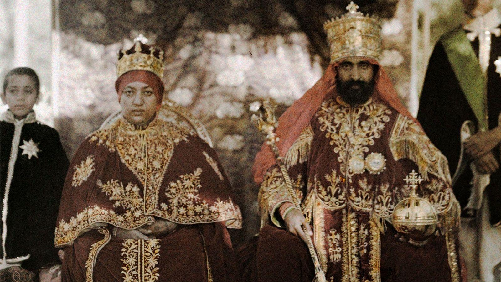 O Imperador Haile Selassie I e a Imperatriz Menen Asfaw posam em seus mantos na Etiópia. ...