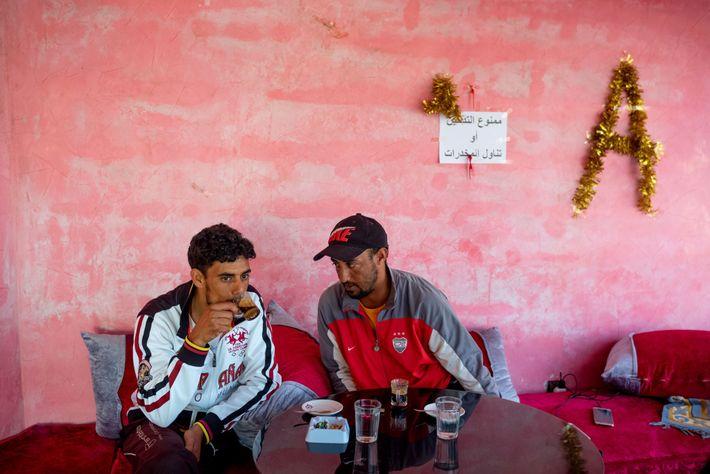 Após o mergulho, Ibrahim Morsli (esquerda) encontra outro pescador para um café. O proprietário do café, ...