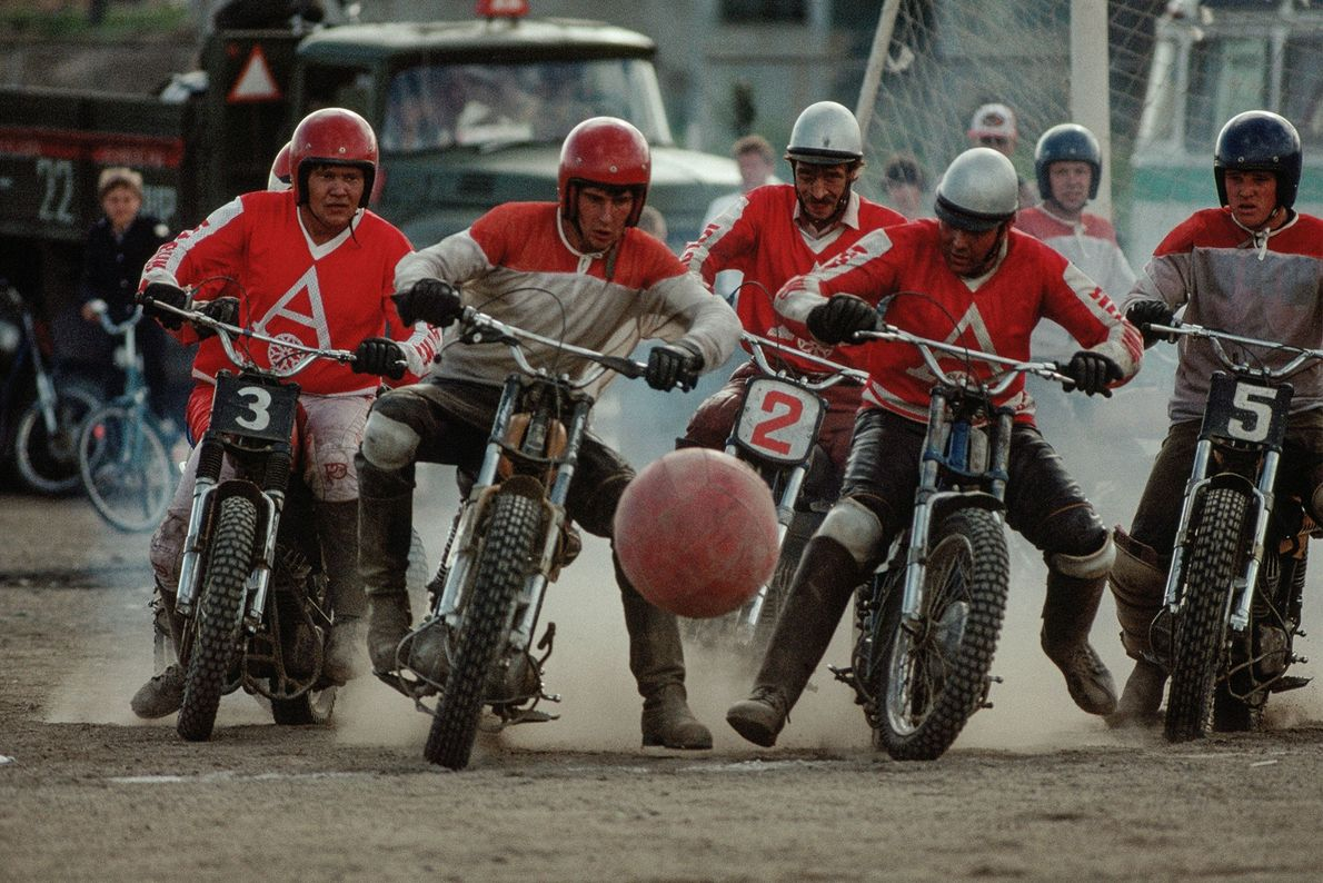 """Na Sibéria, Rússia, um grupo de homens em motocicletas jogam um jogo de """"motoball"""", um esporte ..."""