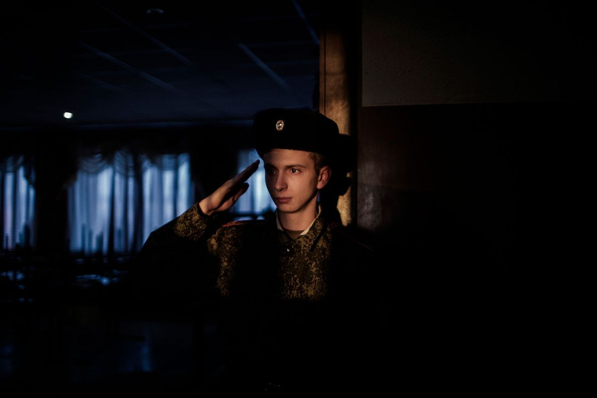 Um jovem cadete presta continência a seu superior no Colégio Militar G.T. Beregovoj, em Donetsk. Desde ...