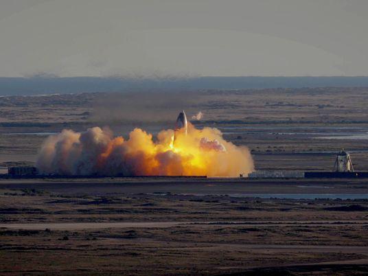 Veja protótipo de espaçonave da SpaceX decolar e explodir durante o pouso