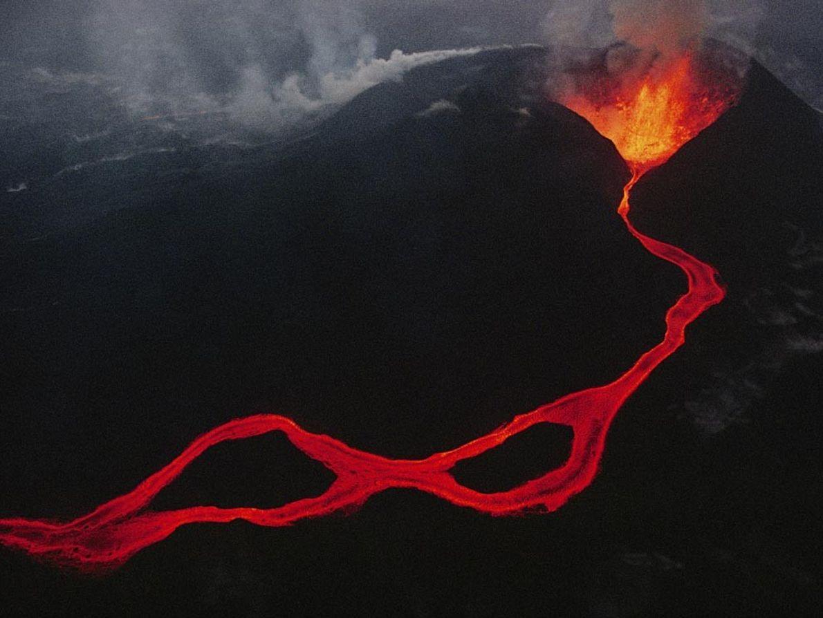 CADEIA DE VIRUNGA - A lava sai de uma fissura nas montanhas de Virunga, na República ...
