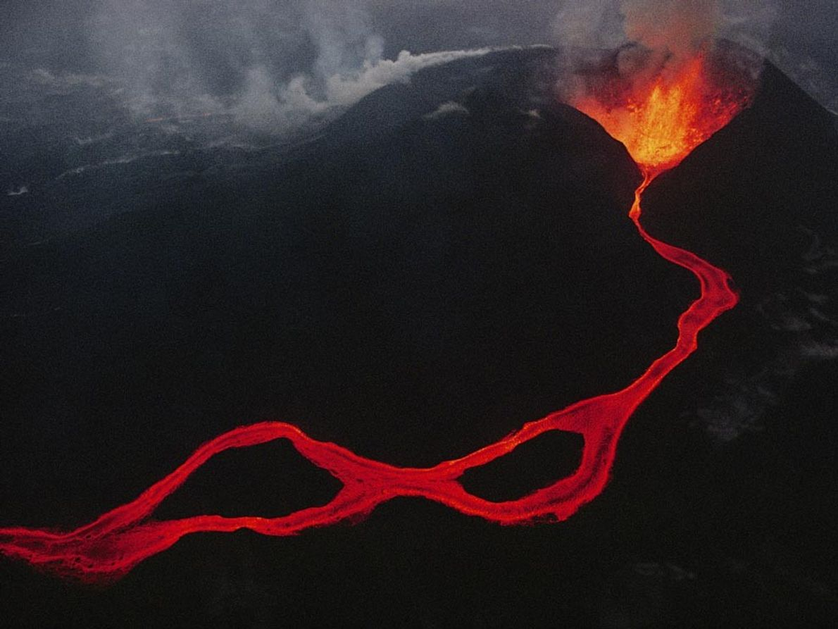 CADEIA DE VIRUNGA - A lava sai de uma fissura nas montanhas de Virunga, na República …