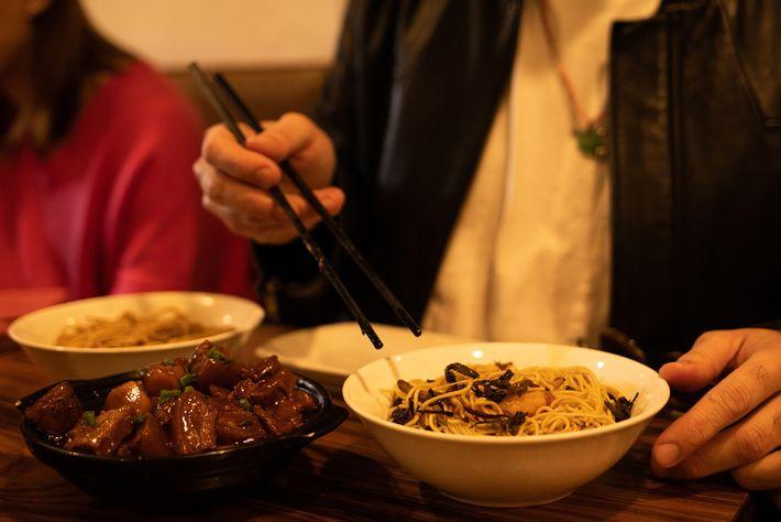 """Horário de almoço em restaurante típico de culinária xangaiesa. """"A cultura da comida aqui é incrível. ..."""