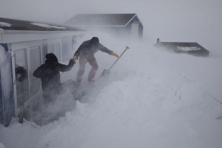 Em sua estação em Daneborg, cientistas devem remover a neve várias vezes por dia para acessar ...