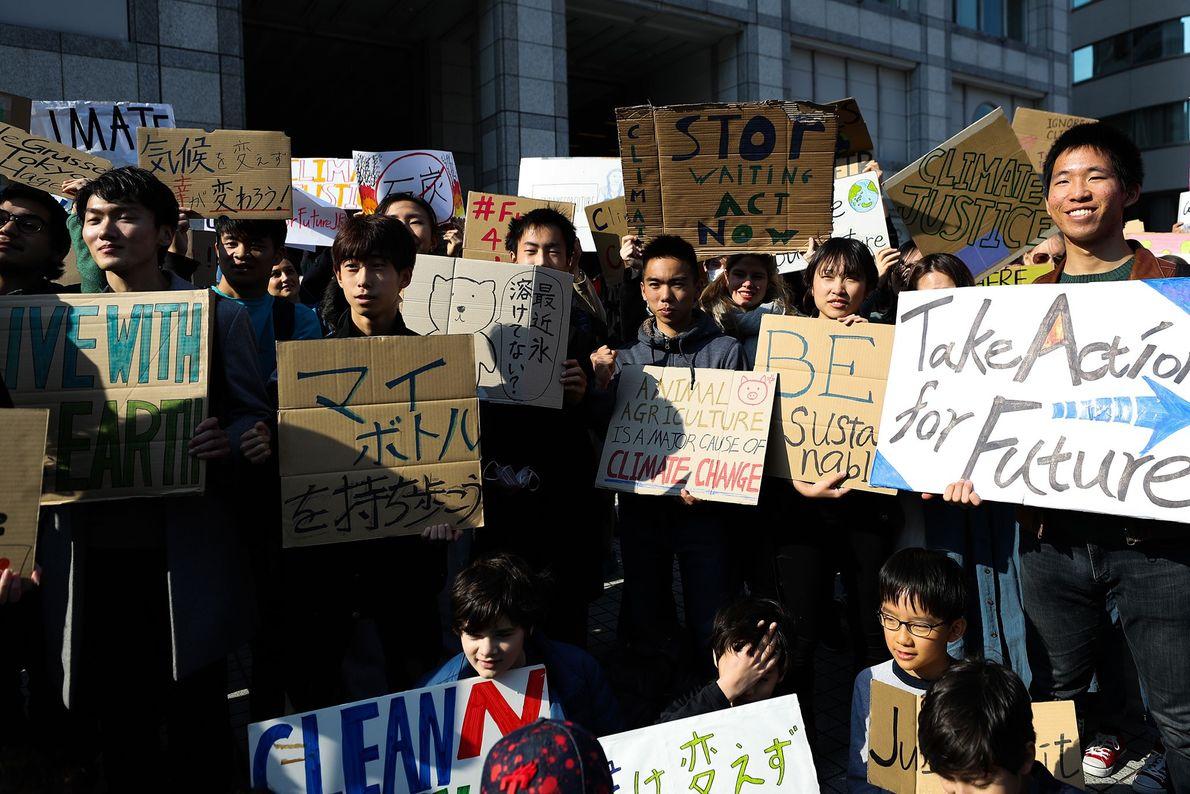 Participantes de um evento do #SextasPeloFuturo em Tóquio, Japão, se reúnem antes de iniciarem a greve ...