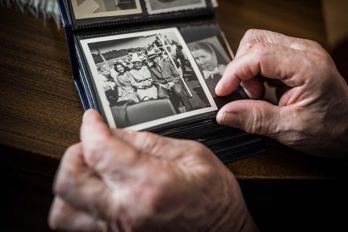 Familiares enviaram às crianças-lobo lembranças da família e de suas vidas anteriores, pois a maioria de ...