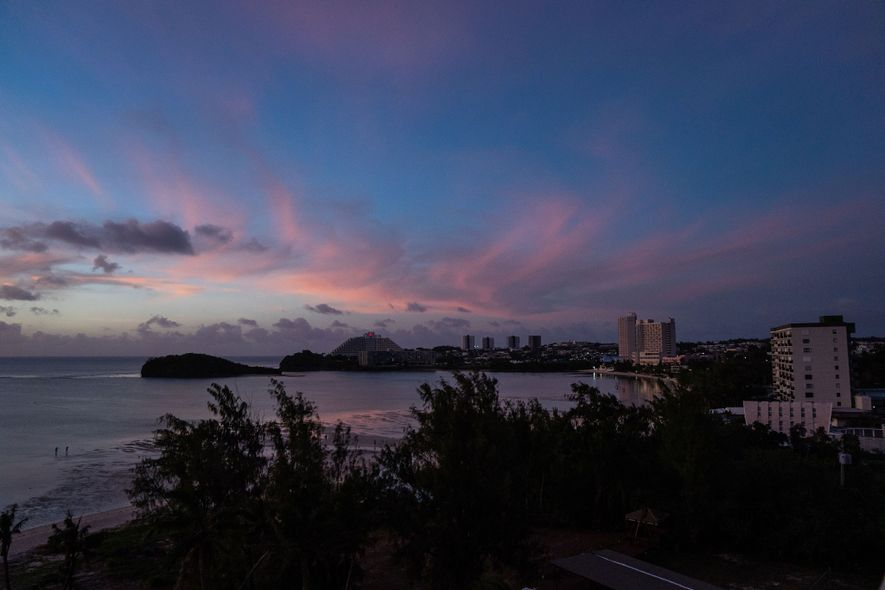 O sol se põe sobre Tumon, o centro turístico da ilha. Guam está há dezessete horas ...