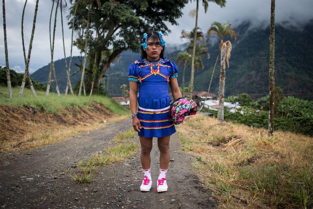 Angélica está vestida para uma viagem para a aldeia vizinha de Santuario