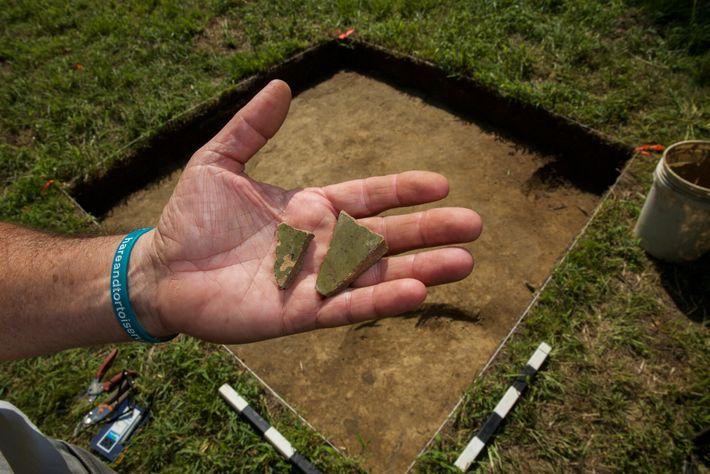 Um fragmento de cerâmica inglesa encontrado no Sítio X pode fazer parte de um vaso utilizado ...