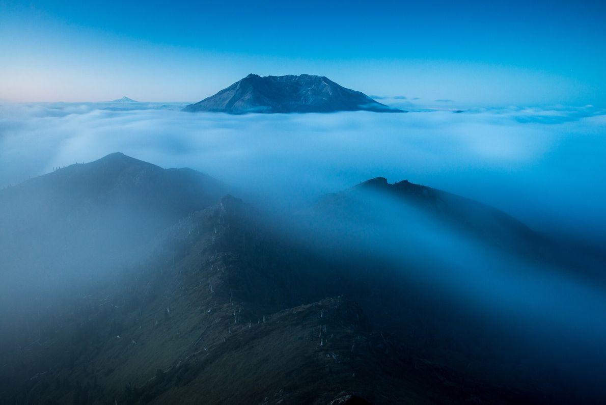 O ponto ao sul do Pico Coldwater oferece uma vista impressionante da cratera do Monte Santa ...