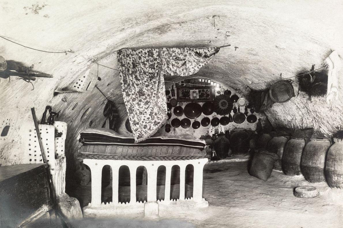 A cama ocupa um local de destaque na casa subterrânea do xeique em Matmata.