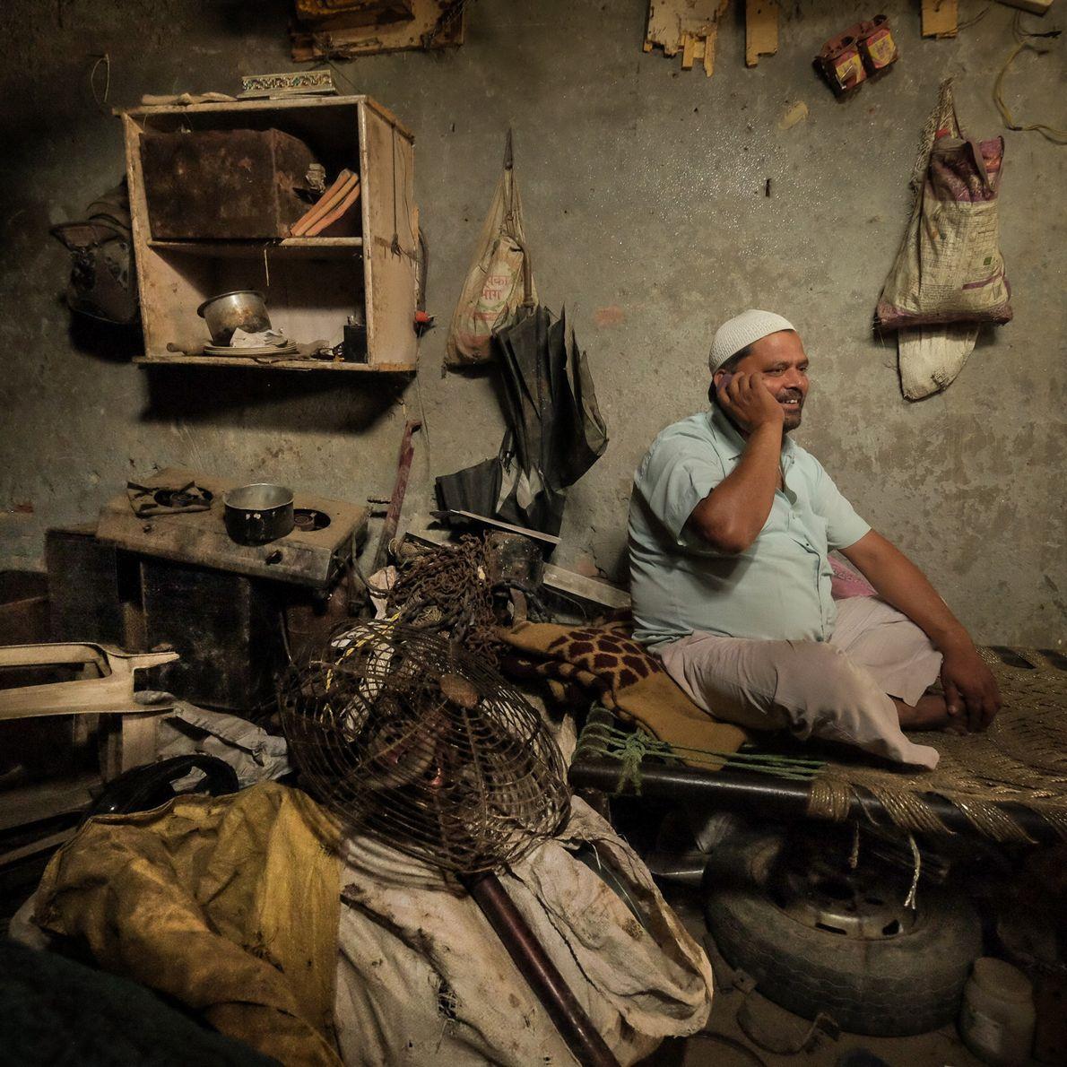 reciclador indiano usa celular