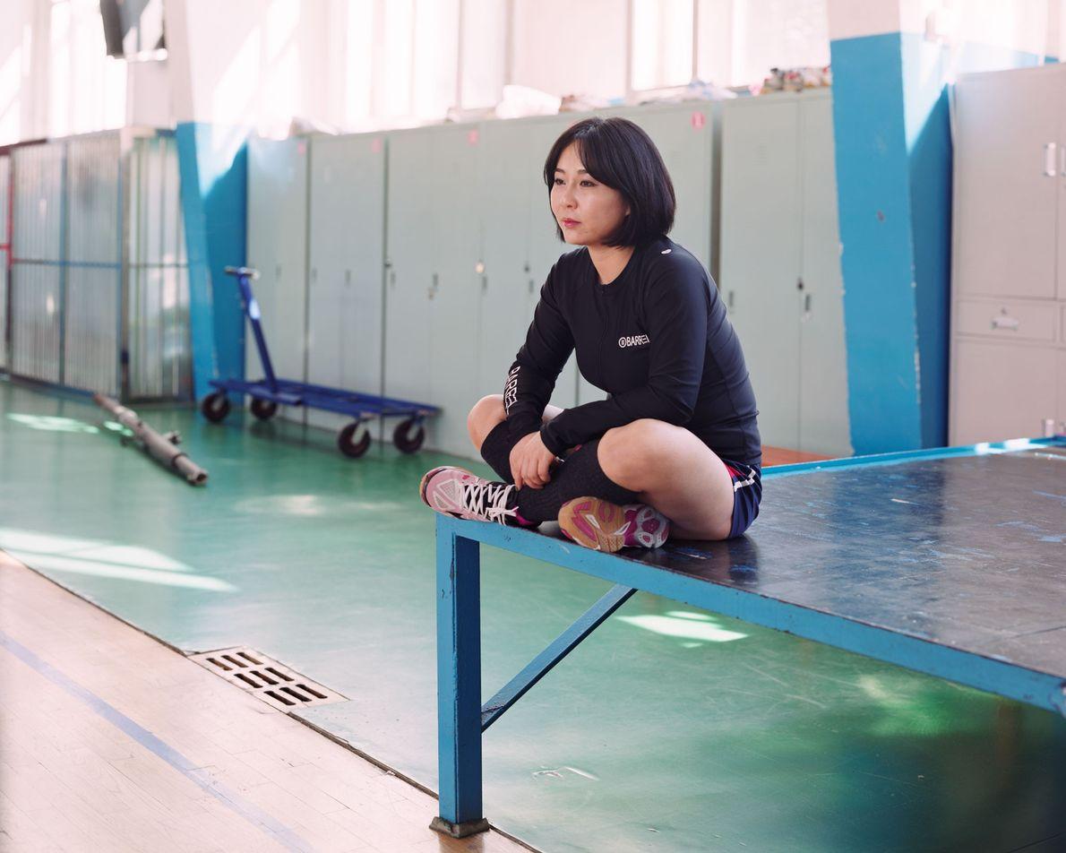 """Ai Ling, atleta de 19 anos em Longjing, na China, afirma: """"Sou jogadora de vôlei em ..."""