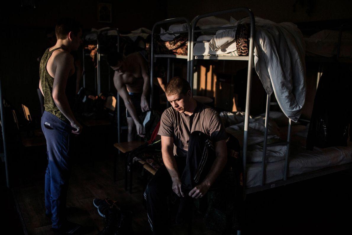 Jovens cadetes estudam no Colégio Militar G.T. Beregovoj, Donetsk. Além do currículo escolar básico, os alunos ...