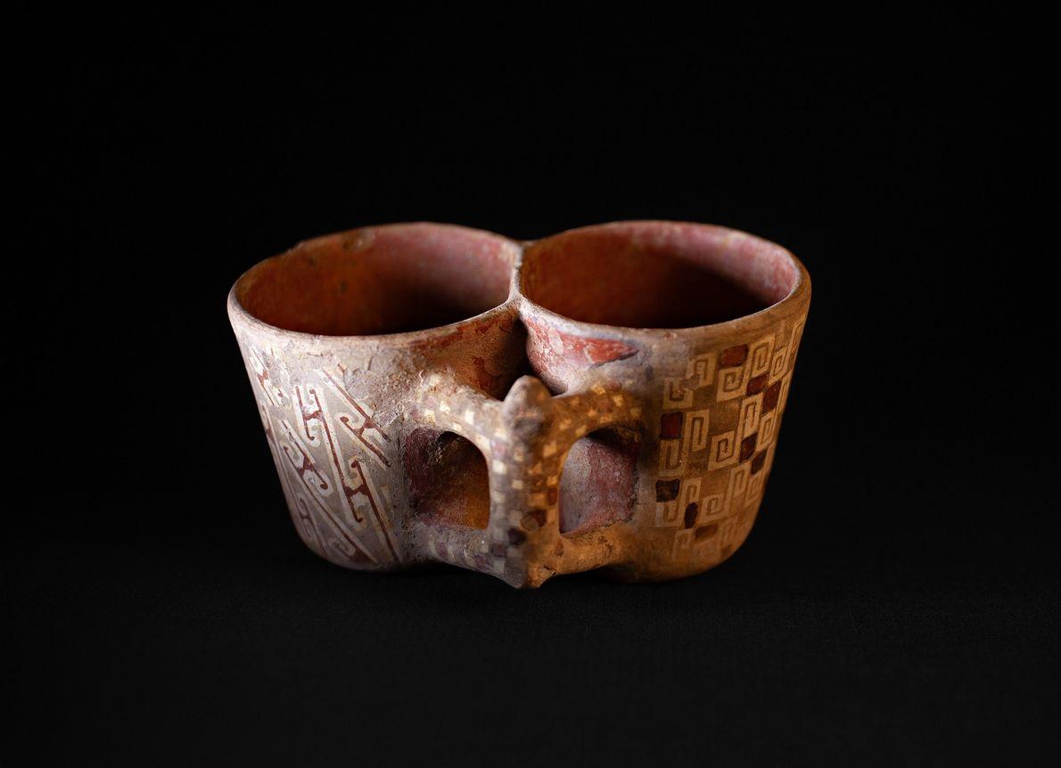 Taça dupla do período diaguita-inca (1470-1536) encontrada em El Olivar.